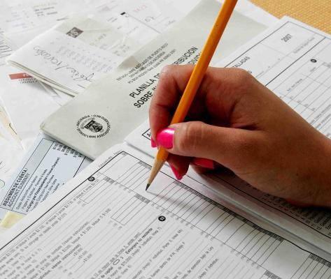 rellenando el formulario del certificado de residencia