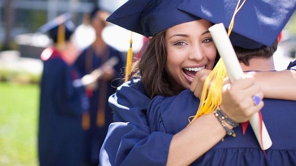 graduados abrazados