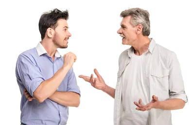 hombres hablando del certificado