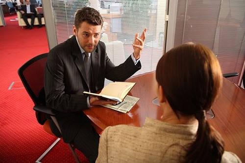 Certificado de empresa hablando con la cabeza