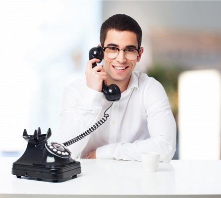 hombre hablando por teléfono