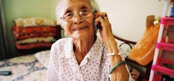 Abuela hablando por teléfono móvil