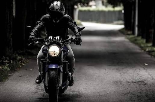 hombre en moto