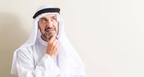 hombre musulmán pensando en certificado halal