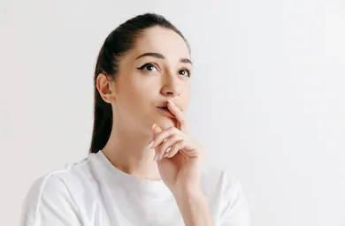 mujer pensando en la solvencia