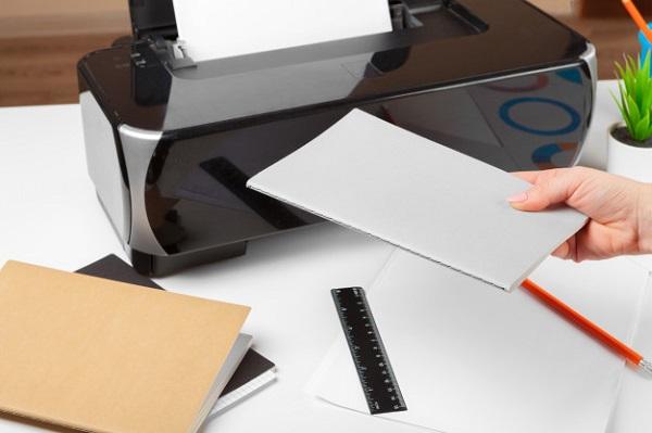 persona que utiliza la impresora, escanea e imprime documents_127657-11065