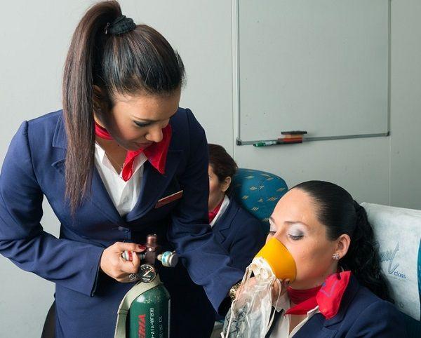 ¿Qué hace una auxiliar de vuelo
