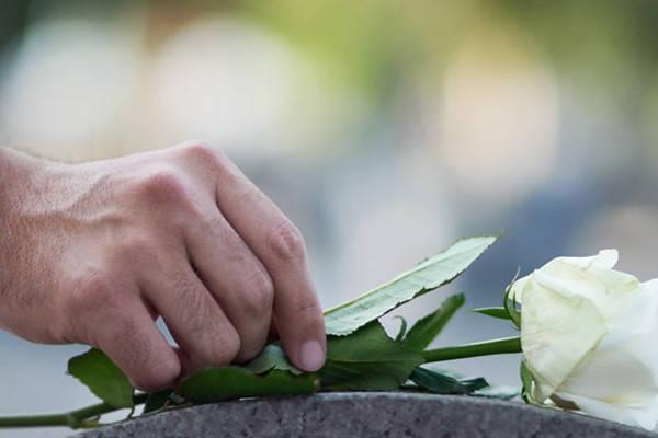Requisitos de la indemnización para el recuerdo de duelo y sepultura