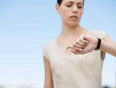 mujer mirando reloj de pulsera