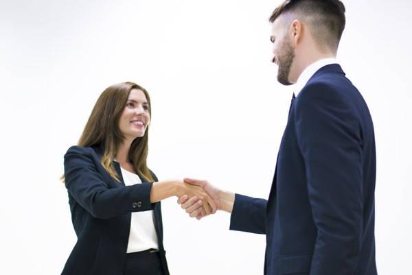 SIPPASE hombre y mujer certificados dando la mano