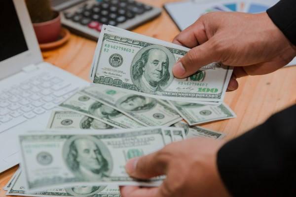Certificado de solvencia fiscal contando dinero